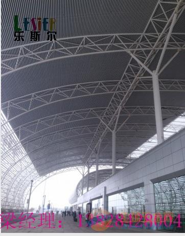 新疆机场50底90高,0.7mm厚铝方通的安装效果图