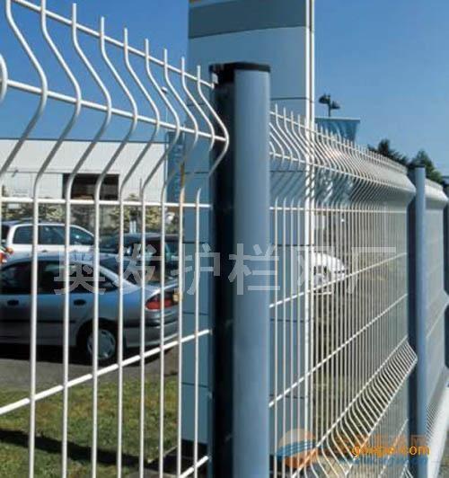 铁丝拦鸡栏杆_简易三角弯防护网_简易围栏网
