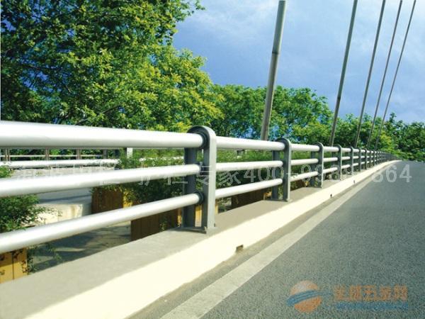 桥梁护栏 概 述 桥梁护栏是指设置于桥梁上的护栏。其目的是为了防止失控车辆越出桥外,具有使车辆不能突破、下穿、翻越桥梁以及美化桥梁建筑的功能。划分桥梁护栏的类型方法很多,除按设置位置划分外,还可按构造特征、防撞性能等划分。按设置位置可分为桥侧护栏、桥梁中央分隔带护栏和人行、车道分界处护栏;按构造特征可分为梁柱式(金属制和混凝土)护栏、钢筋混凝土墙式扩栏和组合式护栏;按防撞性能可分为刚性护栏、半刚性护栏和柔性护栏。一般常见的护栏形式有混凝土护栏、波形梁护栏和缆索护栏。桥梁护栏形式的选择,首先应根据公路等级,