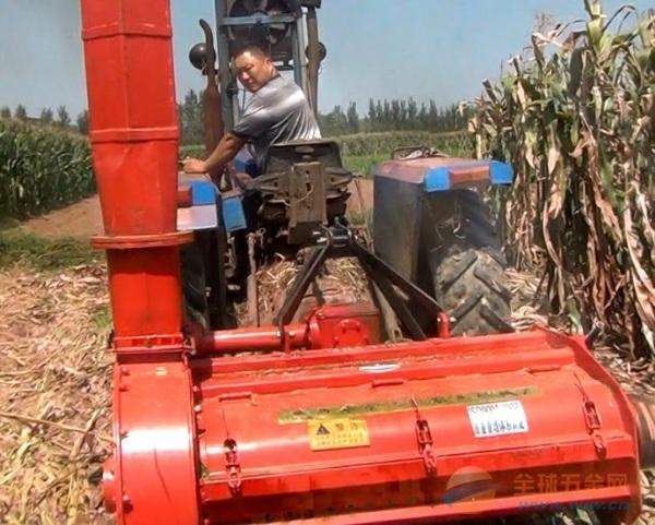 该机与拖拉机配套作业。工作时,拖拉机后输出动力经万向节传给作业机具,秸秆被高速旋转的刀片切割、吸入、粉碎,在离心力和气流的共同作用下进入输送装置,由输送装置送至离心抛送机,将碎秸秆经抛送筒提升吹出,抛落在运送秸秆的拖车上。 电话:0537-4567002 传真:0537-4567003 销售员手机:15753733099 在线QQ; 1061809376 954582567、 400免费热线:400-0098-006 邮箱:13355144821@163.