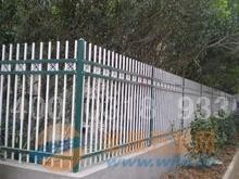 栅栏,可分为:公路护栏网,铁路护栏网,机场护栏网,市政围栏,儿童游乐场围栏护