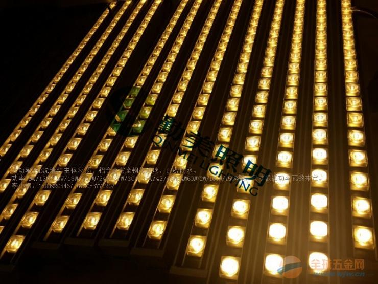 勤美照明LED洗墙灯(超薄洗墙灯,LED大功率洗墙灯,线性LED洗墙灯,DMX512洗墙灯,数码洗墙灯,超薄LED洗墙灯,大功率LED洗墙灯)是一种以大功率LED为光源,由红、绿、蓝组成混合颜色变化的投射照明灯具,可产生256灰度变化,智能控制器达到同步效果,并可接入DMX控台。用户可自己输入资料进行编程控制。该洗墙灯采用数码管地址,同时该洗墙灯内置固定程序,可实现同步、自联功能。该洗墙灯密封可靠,可调节投光角度、位置,使之处于最佳位置,达到最满意的照明效果。