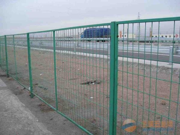 高速公路涂塑钢丝网围挡价格