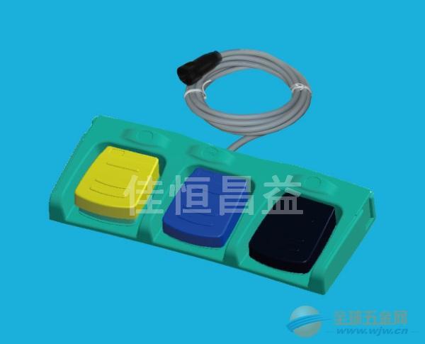 三联脚踏开关 型号:HCY-FS3-02 详细资料: 特点/选项: -高机械稳定性 -非接触式开关系统 -数字或模拟信号输出 -保护支架和底部防滑的设计 -附加按钮/LED指示灯可选 -弹性插入式连接器,便于安装与拆卸 -踏板RAL颜色:Y标准黄,B蓝,R红,K黑等可选 -等级AP -特殊标签 -内置开关均通过CE,UL,VDE,CCC认可 -与设备连接的插入式连接器可选 遵循标准 IEC 60601-1; UL 60601-1; IEC 60529 93/42/EEC 踏板 防震的热塑性塑料,UL 94
