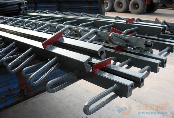 XF斜向支承式桥梁伸缩装置的结构特点 XF斜向支承桥梁装置由纵梁1、位移控制箱2、支承横梁3、压紧支座4、承压支座5、锚固板6、锚固环7、滑块等构成。 支承横梁采用斜向布置方式,每个位移控制箱只设一根支承横梁,压紧支座和承压支座采用盆式橡胶支座的结构,将橡胶置于盆式钢环内,橡胶不与空气接触,不公大提高了橡胶的抗老化性能,而且由于橡胶处于三维受力状态,其体积几科不能变,所以支座的预压力不会消失。另外,位移控箱内的支座轴端设计成球面,当伸缩装置使用于坡桥时,可以靠球面的摆动适应伸缩置两侧的高度变化,从而使伸缩