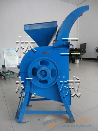 大型拖拉机带动青饲料粉碎机